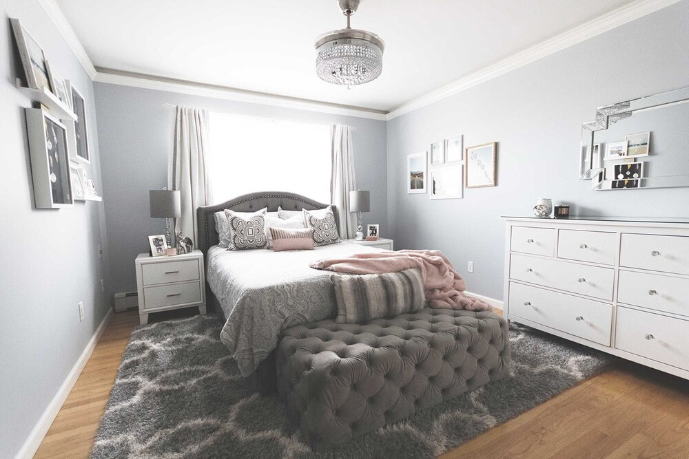contemporary-glam-bedroom-with-tufted-gray-velvet-bench-1500.jpg