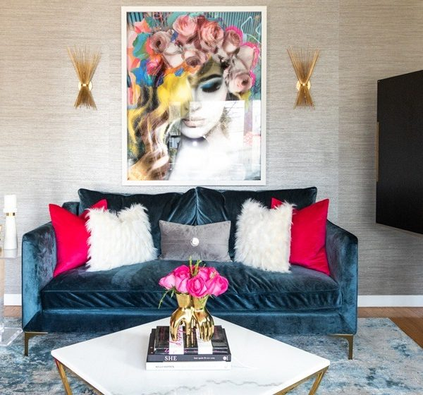 living-room-with-pink-roses-and-blue-velvet-sofa-gold-sconce-800x560